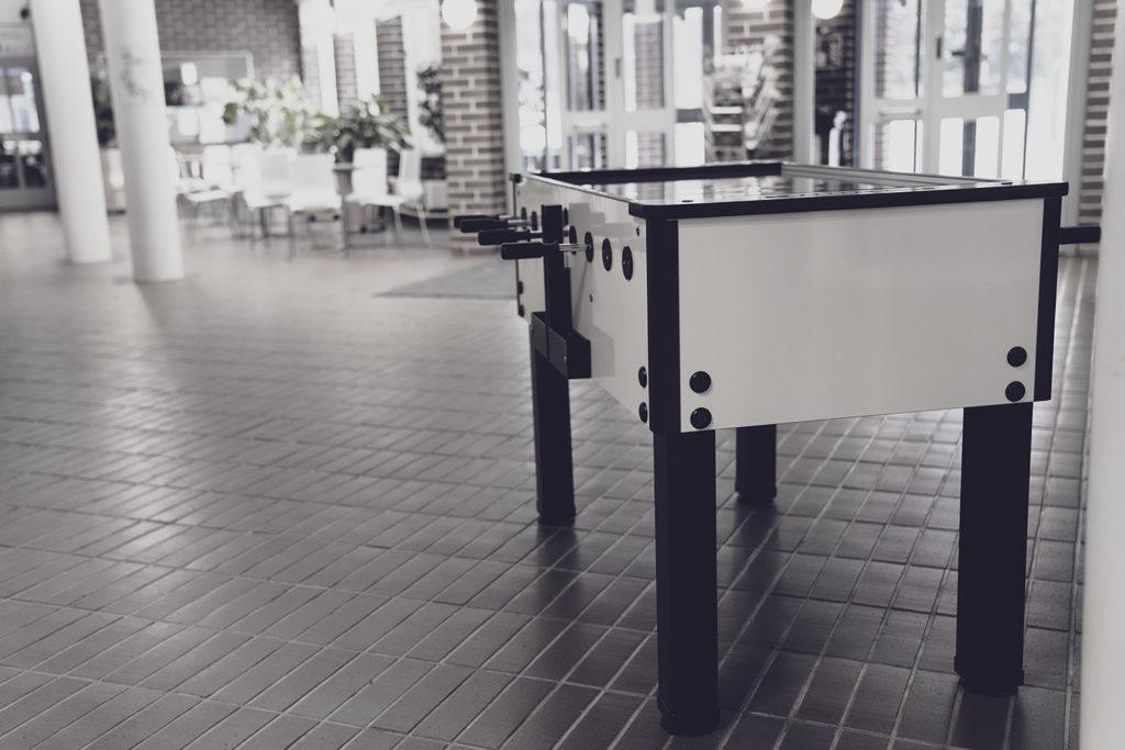 Lasikannella varustettu laadukas italialainen pöytäjalkapallopöytä