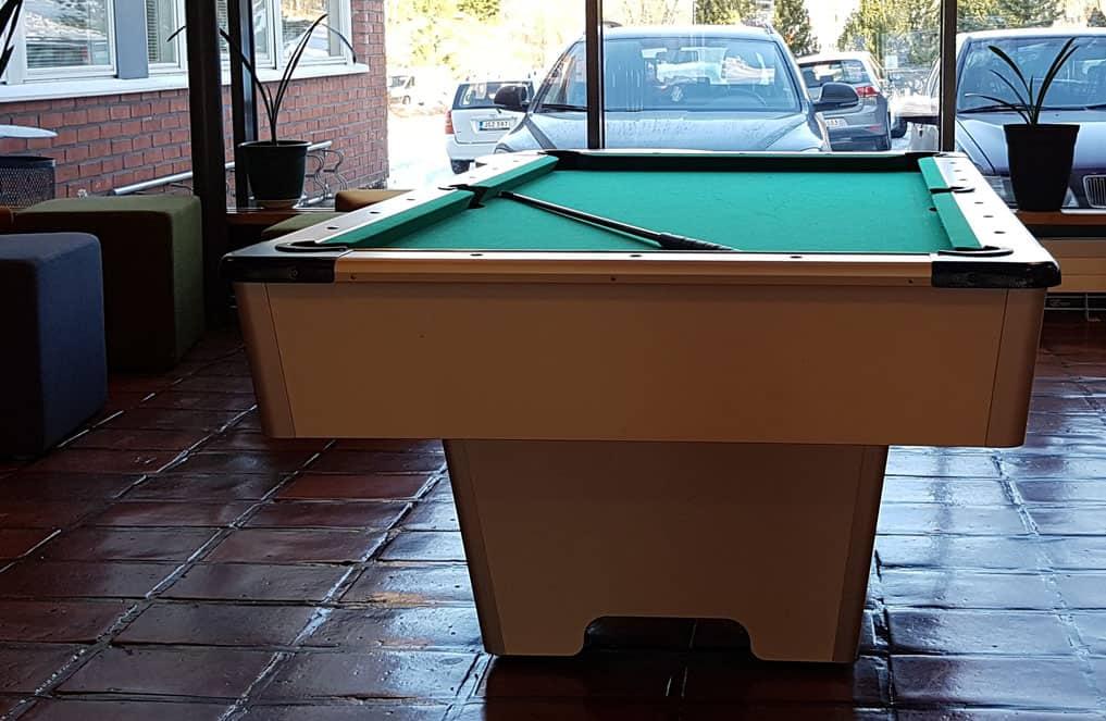 Koulun aulaan sijoitettu biljardipöytä